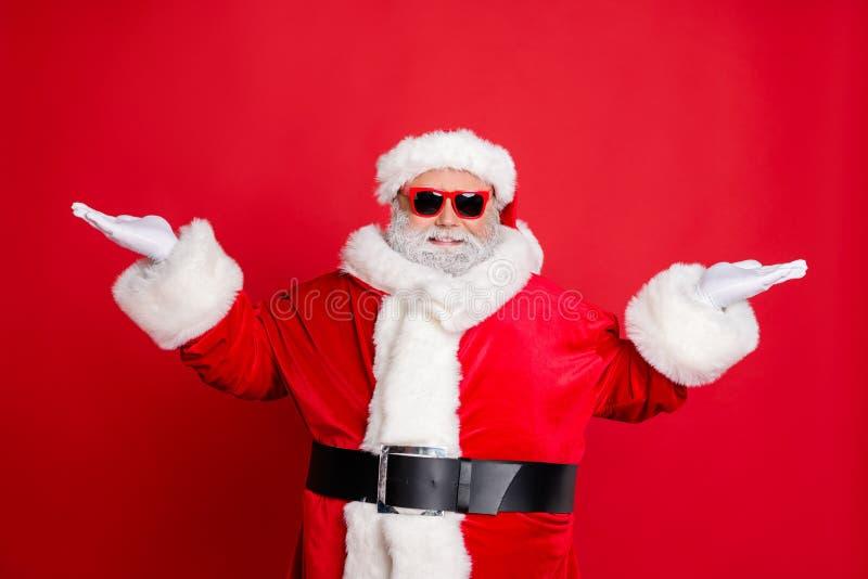 帅气酷笑的圣诞老人画像,眼镜上挂着新年广告,广告上别着黑带帽 免版税库存图片
