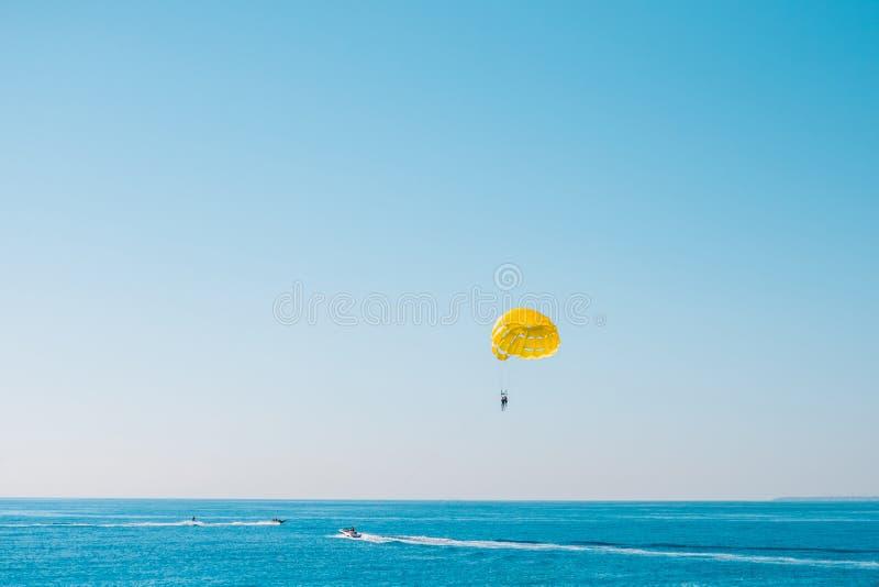 帆伞运动-家庭假日 免版税图库摄影