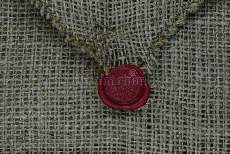 帆布信封背景表面密封与红色蜡 免版税库存图片