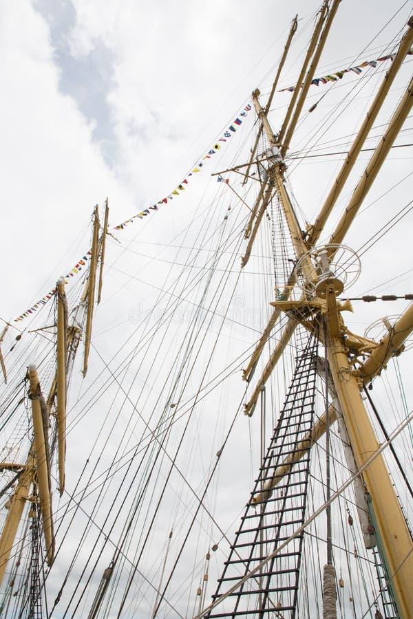 帆柱和绳索在帆船 库存照片