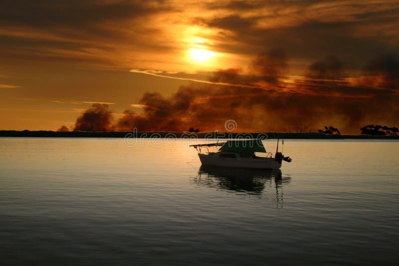 有狂放的火的游艇 库存图片