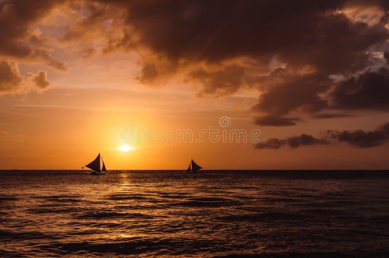 帆船剪影在美好的日落的在博拉凯 免版税图库摄影