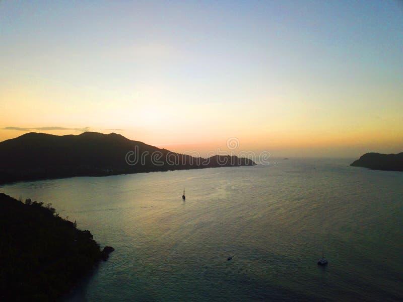帆船和日落在塞舌尔 免版税图库摄影