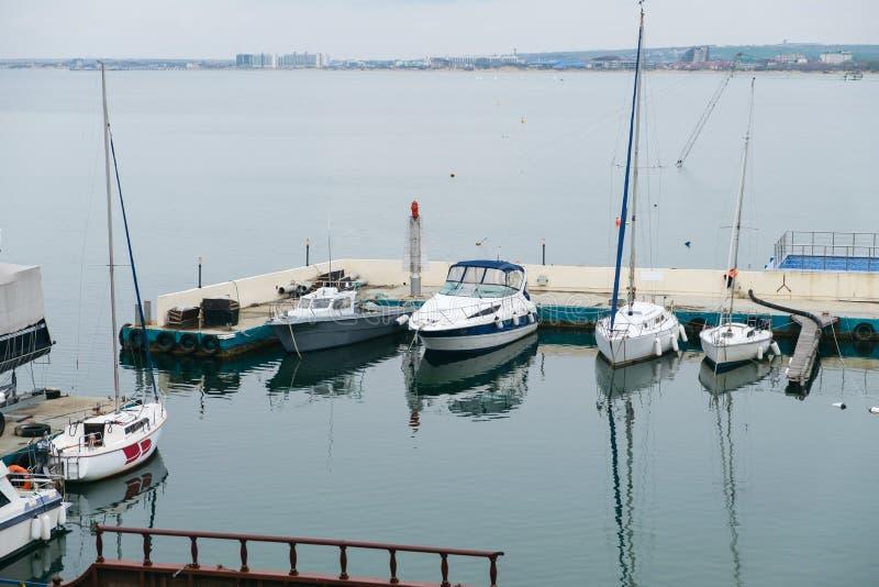 帆船和游艇在口岸站立停泊在日落 免版税库存照片