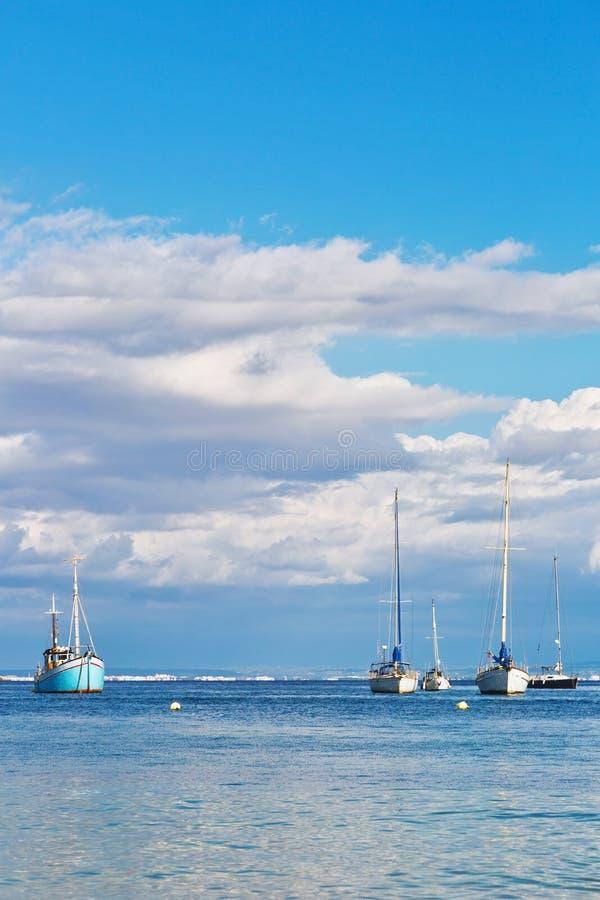 帆船和游艇在深蓝色地中海 图库摄影