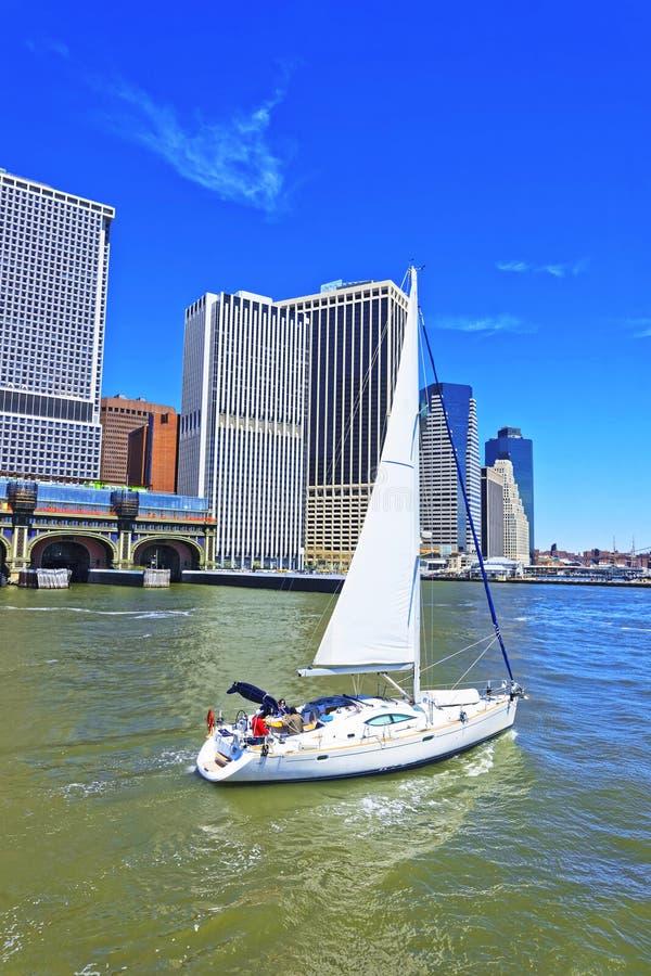 帆船和更低的曼哈顿在背景的纽约 免版税库存照片
