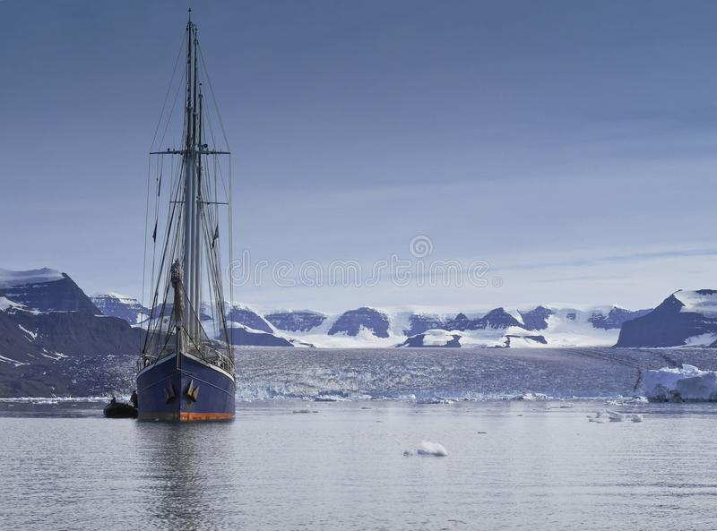 帆船在有拷贝空间的北极海 免版税库存照片