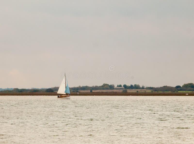 帆船在海河水阴云密布 图库摄影