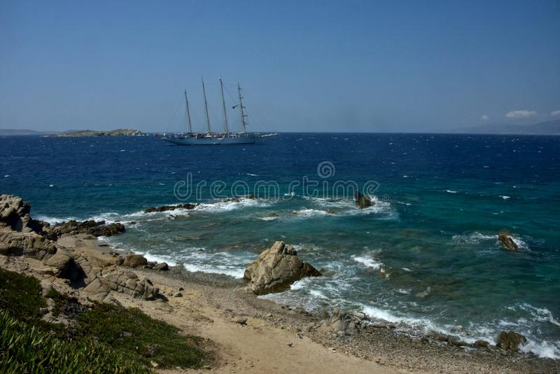 帆船在米科诺斯岛蓝色海  免版税库存照片