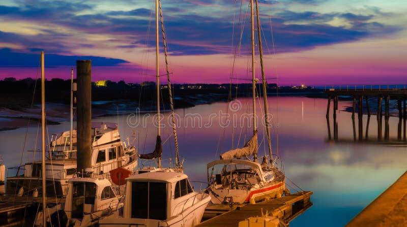 帆船在美好的日落的海军陆战队员靠了码头 免版税库存照片