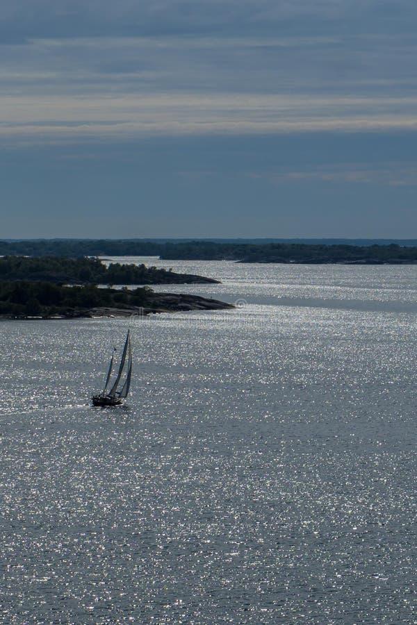 帆船在群岛晚上 免版税库存照片
