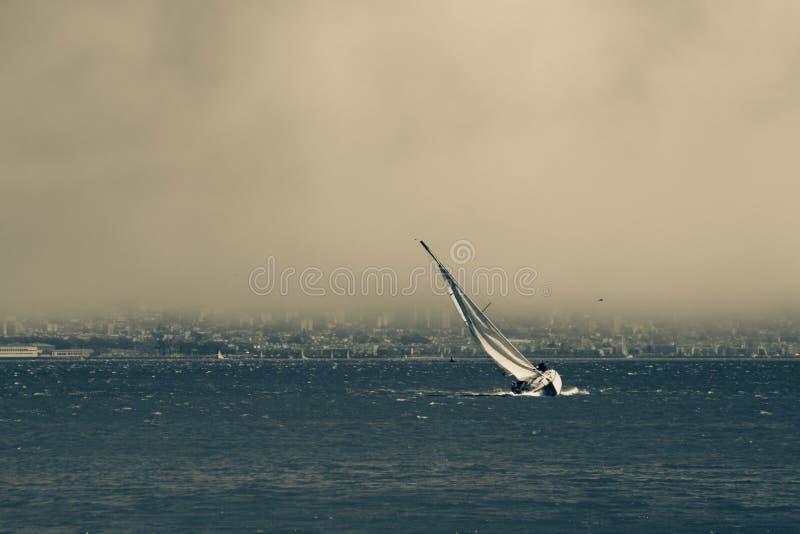 帆船在风雨如磐的旧金山湾 库存照片