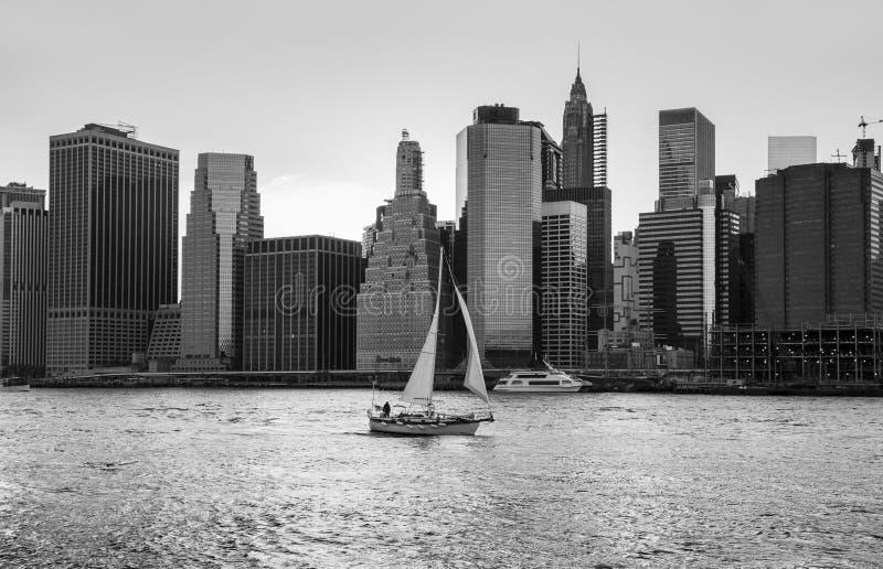 帆船在East河的水域中 库存照片
