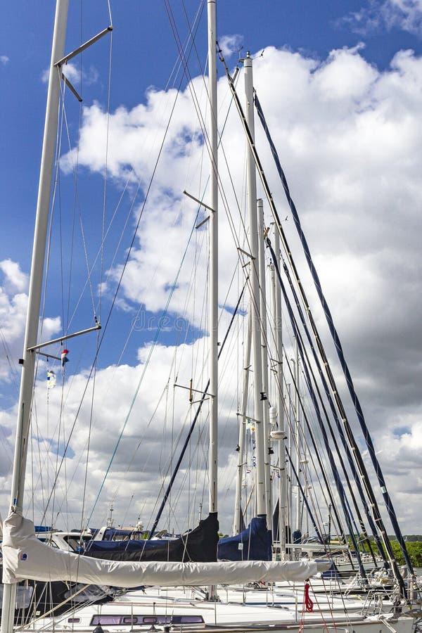 帆船帆柱行在历史的堡垒镇威廉斯塔德,荷兰的口岸的 免版税库存图片
