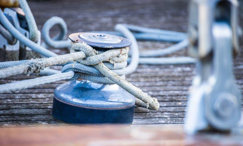帆船有被栓的绳索的游艇绞盘在木甲板 库存图片