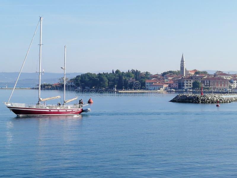 帆船航行、码头、港口、城镇、海洋、斯洛文尼亚、伊佐拉 免版税库存照片