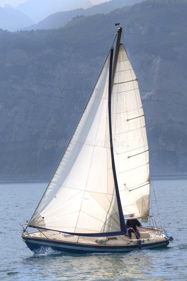 帆船航行在加尔达湖 免版税库存图片