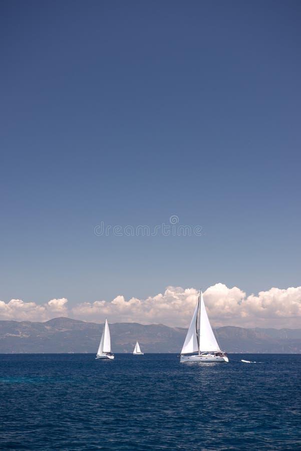 帆船航行在陆间海 库存照片
