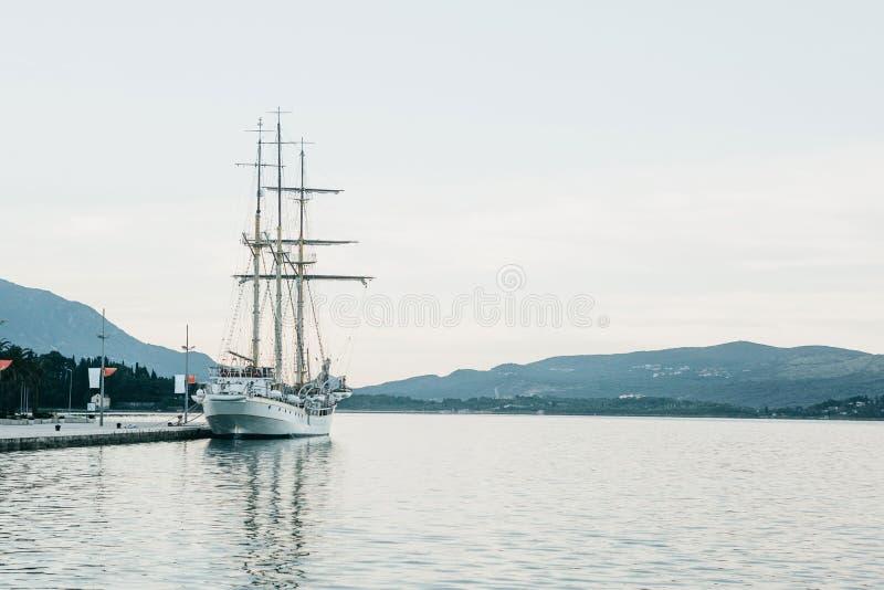 帆船被停泊在岸 库存图片