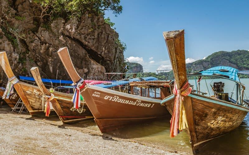 帆船附载的大艇在岸的泰国在安达曼海 图库摄影