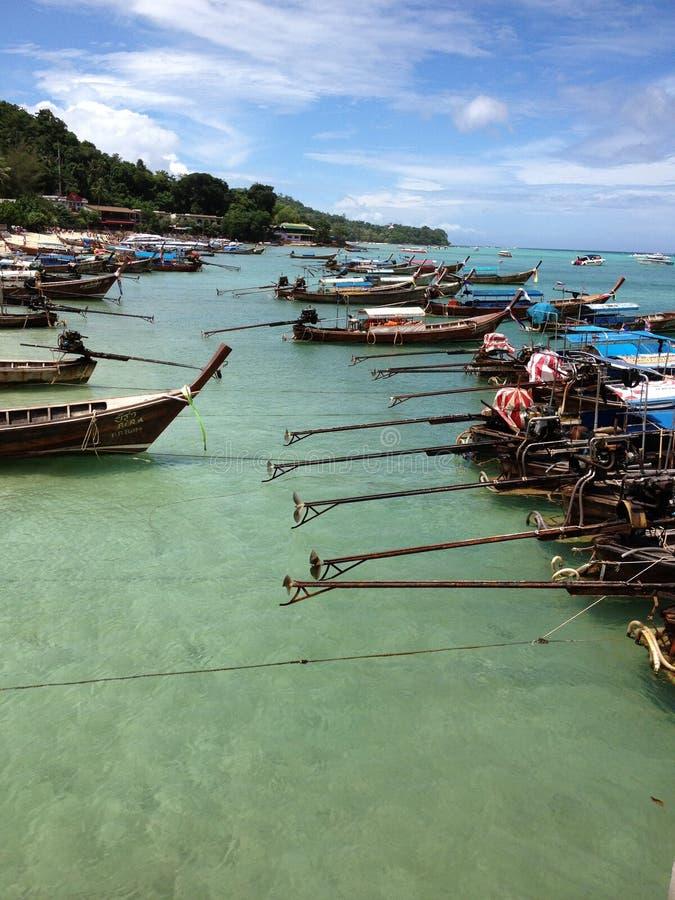 帆船附载的大艇海湾,披披岛,泰国 免版税库存照片