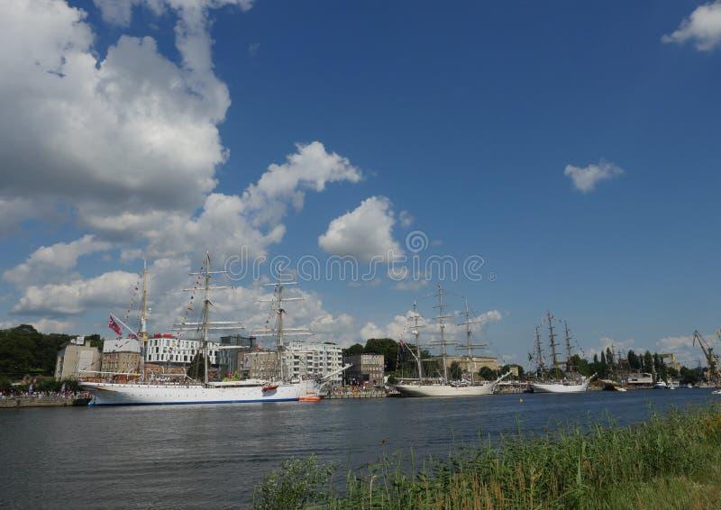 帆船临近堤防 免版税库存照片