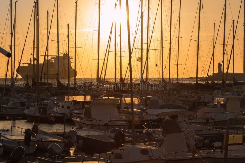 帆船` s帆柱:船坞海边 库存图片