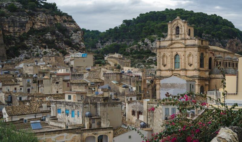 希克利-在西西里人的巴落克式样样式建设的一个引人入胜和美丽的镇全景  库存照片