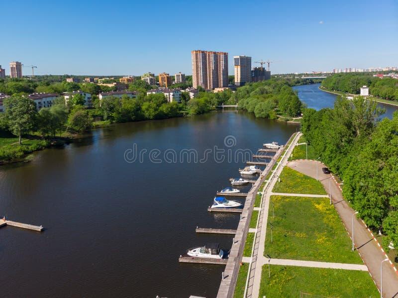 希姆基在河的市和游艇停车处都市风景  ?? 免版税库存图片