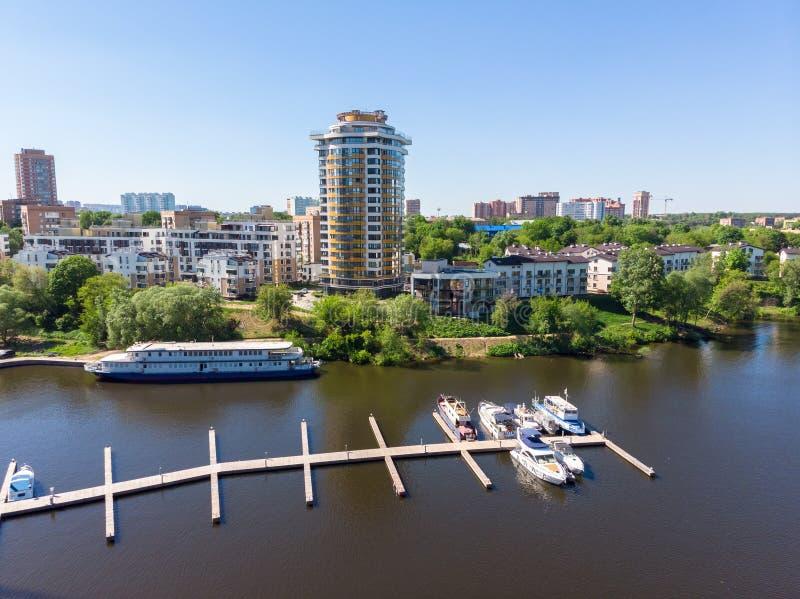 希姆基在河的市和游艇停车处都市风景  ?? 库存照片