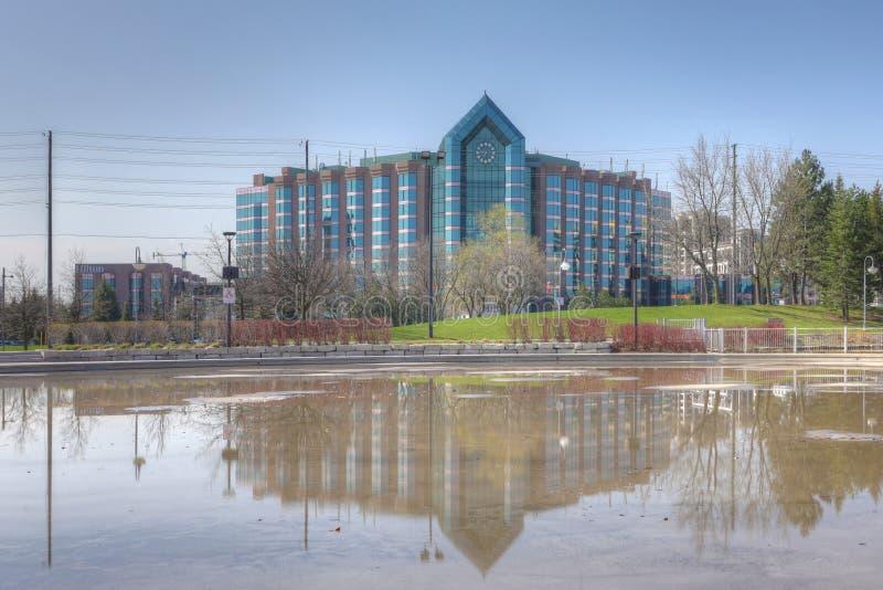 希尔顿饭店和反射水池在万锦市,加拿大 免版税库存图片
