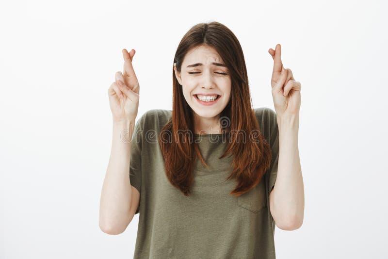 希望人的女孩未看她困窘的图片 紧张的悦目少妇画象偶然T恤杉的 免版税图库摄影