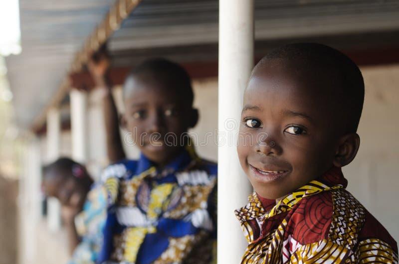 希望非洲孩子-美丽的男孩和女孩户外 免版税库存照片