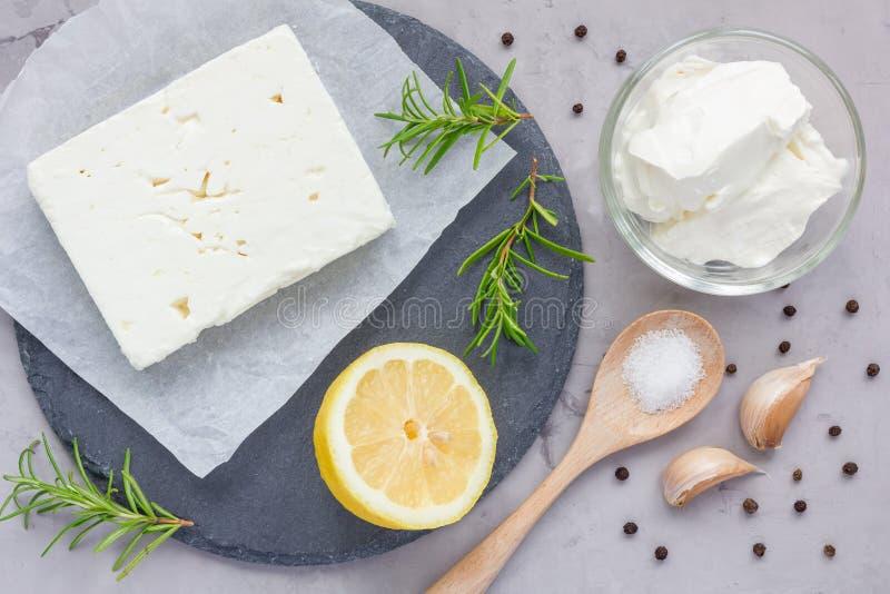 希脂乳,乳脂干酪、迷迭香、柠檬和大蒜的成份在船上浸洗,顶视图 库存图片