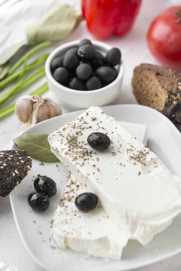希脂乳,fetax,橄榄,香料,乳酪,腌汁,月桂叶,大蒜,希腊食物 库存图片