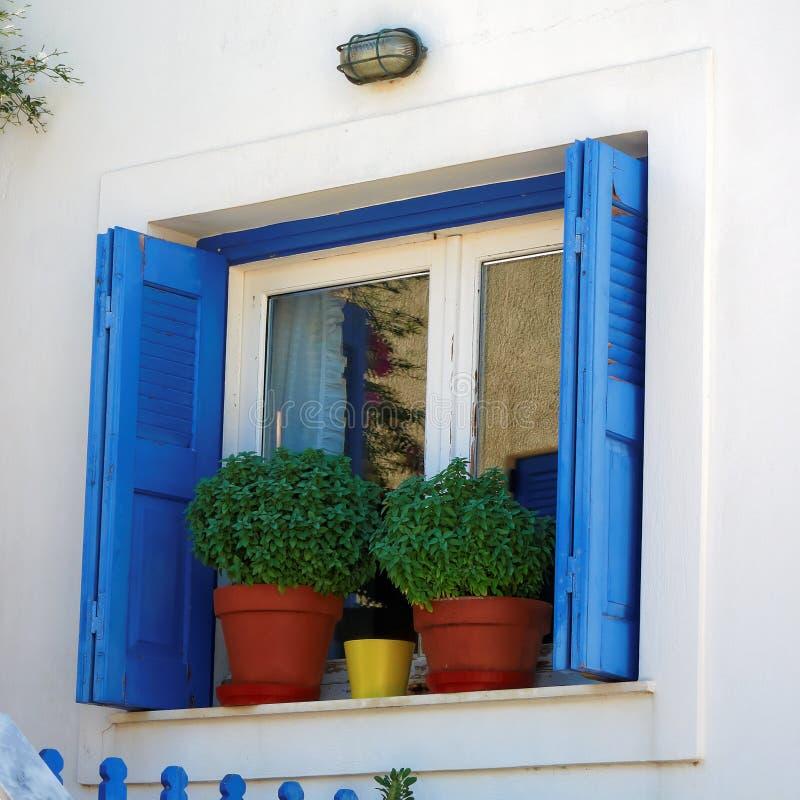 希腊、窗口和花盆 免版税库存照片