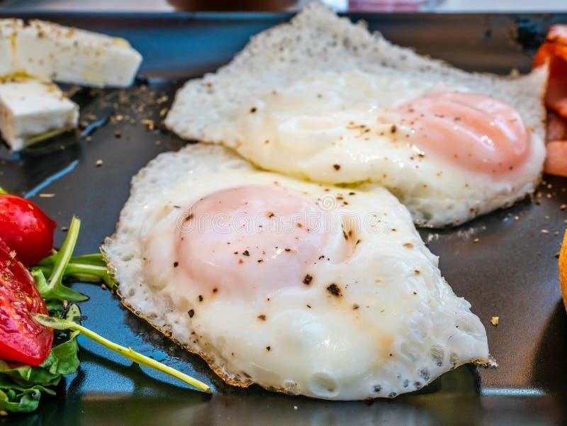 希腊土气精力充沛的早餐用鸡蛋,乳酪 免版税库存图片