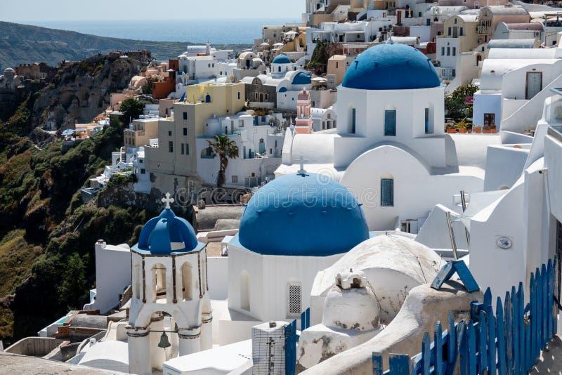 希腊圣托里尼岛圣托里尼奥亚村三栋教堂 图库摄影