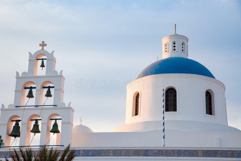 希腊圣托里尼岛美丽的奥亚镇 传统白色建筑和希腊东正教教堂 库存图片