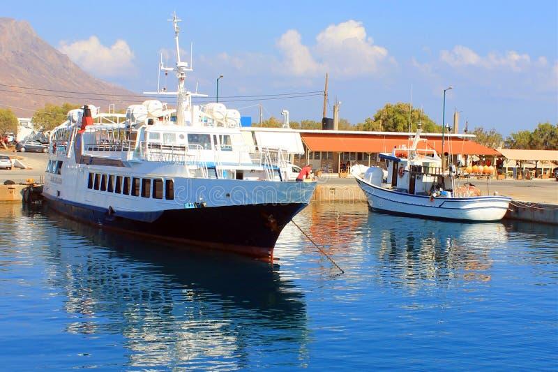 希腊在夏天运送在码头入海 图库摄影
