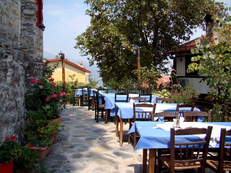 希腊室外小酒馆桌 免版税库存照片
