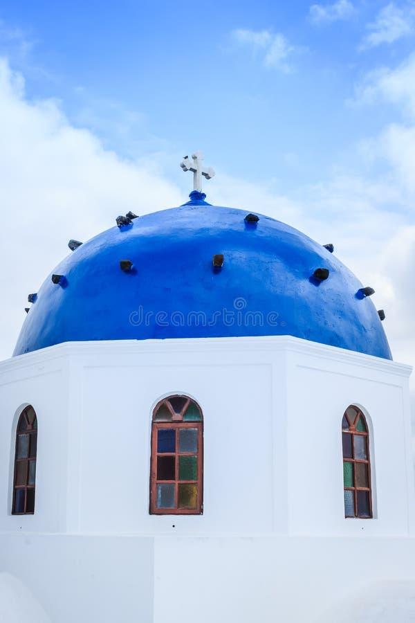 希腊教会和海岸线蓝色圆顶 免版税库存照片