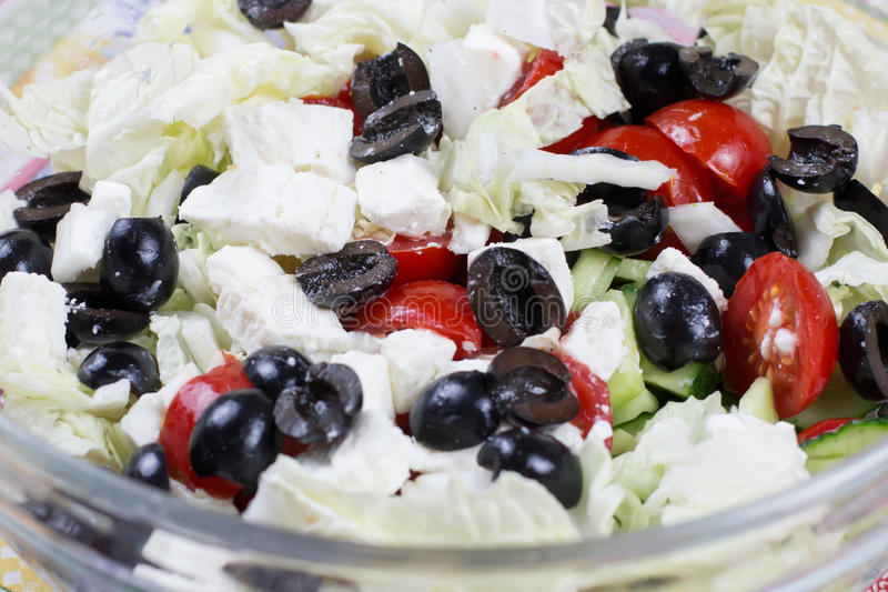 希腊沙拉用希腊白软干酪、切的蕃茄、莴苣、黄瓜和橄榄 库存照片