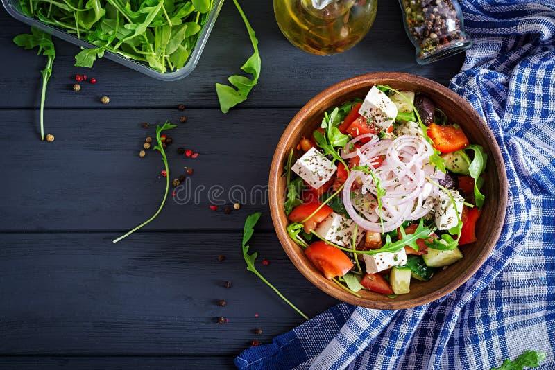 希腊沙拉用新鲜的蕃茄,黄瓜,红洋葱,蓬蒿,希腊白软干酪 免版税库存图片