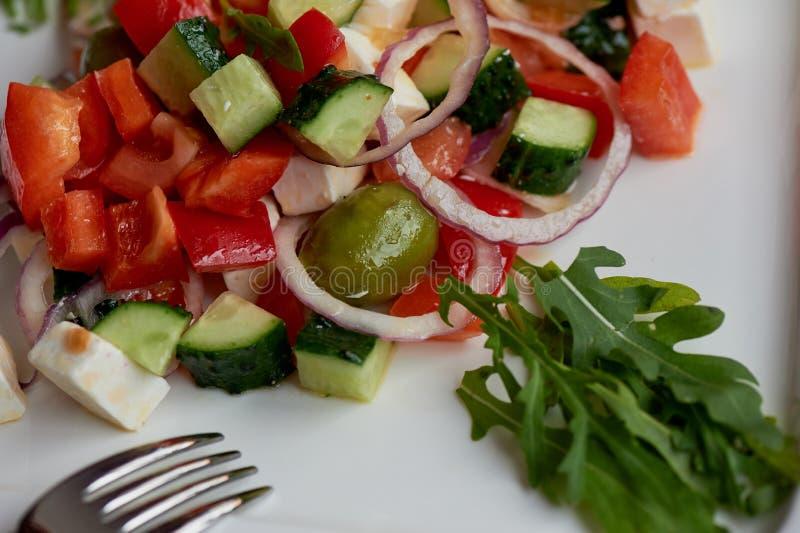希腊沙拉 新鲜,与橄榄油和红洋葱 健康饮食的食物 库存图片