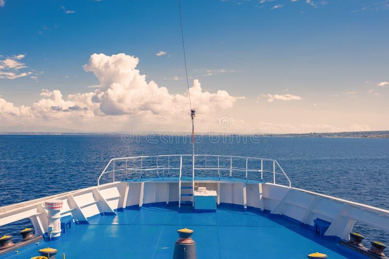 希腊海岛的看法和从船的小的游艇运送 免版税库存图片