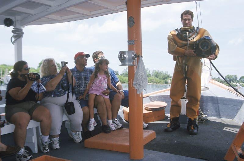 希腊海绵潜水员与游人联系 免版税库存照片