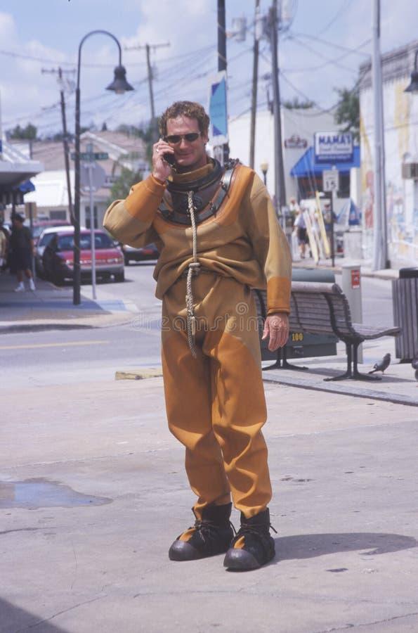 希腊海绵潜水员在移动电话联系 免版税图库摄影