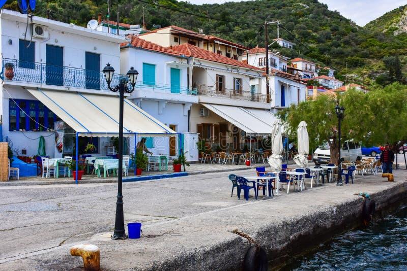 希腊港口,有网传统村庄的渔船 免版税库存图片