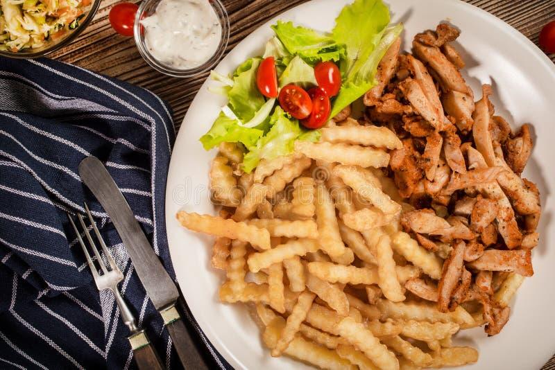 希腊电罗经dis用油炸物和沙拉 免版税库存图片
